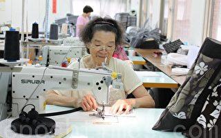 75岁的李纱阿嬷,戴着老花眼镜专注的工作。(摄影:林萌骞/大纪元)