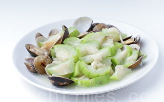 蛤蜊丝瓜简单易做,不需要放很多油,清爽好料理。(摄影:江柏逸/大纪元)
