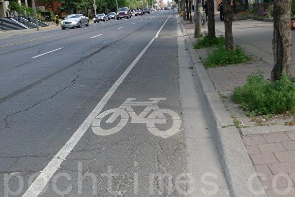 上週四,多倫多市議會決定拆除去年7月剛建的jarvis自行車道。圖為Jarvis自行車道。(攝影:文芳/大紀元)