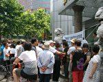6月27日上午,杭州经租房讨房团70多人到杭州市房管局门口讨房维权。(知情人提供)