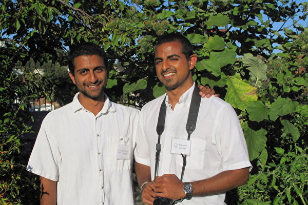 圖:鑽石吧居民Rishi(左)和Ro Kumar兄弟倆向社區民眾展示了他們親手打造的家庭菜園——「Growing Home」(成長之家)。(攝影:劉菲/大紀元)