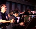 梁冠軍26日凌晨被紐約警察帶出第5警察分局。