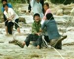 中國浙江普降暴雨。圖為浙江臨安6名農民在山洪暴發時被困。(大紀元資料圖片)