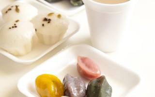 喜路宴饼按五行金木水火土学说分为白、红、黄、绿、黑色5种颜色,有益健康。(大纪元图片)