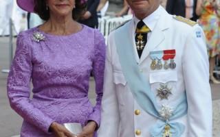 2011年7月2日,瑞典国王卡尔十六世·古斯塔夫和西尔维娅王后盛装出席摩纳哥亲王亚伯特二世的宗教婚礼。(AFP PHOTO / DAMIEN MEYER)