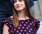 女星安妮-海瑟薇(Anne Hathaway)現身溫網觀戰,身穿波點裙可愛俏皮。(圖/Getty Images)