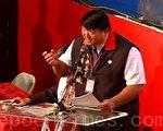 国民党中央委员翁文斌带着200多位委员的连署,上台提案支持新唐人。他强调,续约成功后,务必要完整保障新唐人的播出。(摄影:邱添喜 / 大纪元)