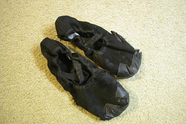 神韵舞蹈演员的舞鞋在穿破后﹐再以胶带补救的样子。(摄影:余心力/大纪元)