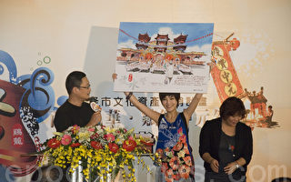知名畫家王傑(左)彩繪基隆中元祭主普壇,青春活力的藝人小可(中)舉起明信片行銷基隆。(攝影:周美晴/大紀元)