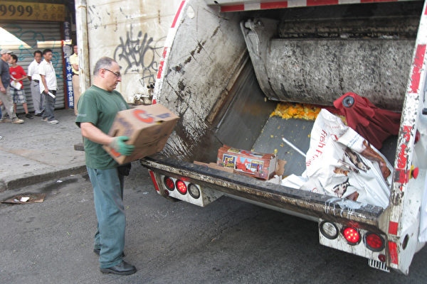 警察和環衛局人員將違例水果販的貨清理掉。(圖由路邊攤販提供)