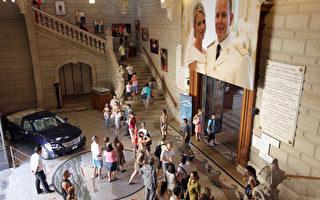 摩纳哥王室婚礼文物展,7月10日起在该国的海洋博物馆展出。(AFP PHOTO/VALERY HACHE)