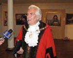 英國人類文化遺產古城巴斯市長賴恩.喬克(Bryan Chalker)受到真善美國際美展的震撼和感動。(攝影: 新唐人電視台)