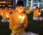 """7月20日晚,韩国数百名法轮功学员将反迫害的烛光照亮了被称为""""首尔心脏""""的首尔广场。(摄影:金国焕/大纪元)"""