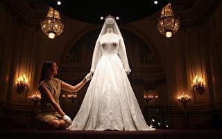 英国凯特王妃大婚时所穿的婚纱、婚鞋以及婚礼上所佩戴的首饰等物品于7月20日在位于伦敦的白金汉宫展出。(AFP)