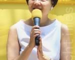 图为香港公民党前党魁、立法会议员余若薇(站立发言者)在今年法轮功四二五反迫害集会上发言。(摄影: 潘在殊 / 大纪元)