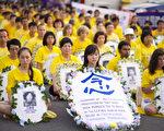 2011年7月20日晚,纽约法轮功学员在中国大使馆前烛光悼念被中共迫害致死的法轮功学员,抗议中共长达十二年的残酷迫害。 (摄影: 戴兵 / 大纪元)