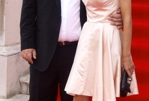 西班牙导演佩德罗·阿莫多瓦(Pedro Almodovar)携女主演埃琳纳·安娜亚(Elena Anaya)亮相宣传。(图/Getty Images)