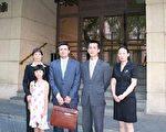 法輪功律師和證人在西班牙國家法院前 (大紀元)