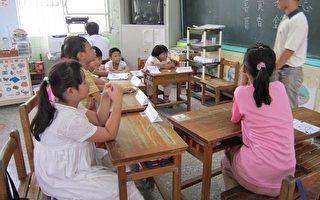 海丰国小老师与学童互动,让学童快乐学习。(摄影:李惠堂/大纪元)
