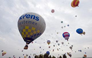 7月27日国际气球大聚会现场,气球飞升场面。(JEAN-CHRISTOPHE VERHAEGEN/Getty Images)
