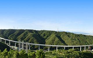 桃園國際機場捷運全長51公里,其中高架橋部分約40公里,5日上午在新莊合龍,負責執行工程計畫的交通部高速鐵路工程局有信心機場捷運可以在2年後通車。(高鐵局提供圖片)