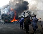 巴基斯坦卡拉奇(Karachi)发生的种族与政治暴力事件,今年内已夺走800条人命。图为2011年8月1日,卡拉奇种族冲突事件,消防队员扑灭燃烧的车辆。(图片来源:RIZWAN TABASSUM/AFP)