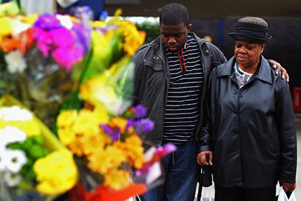 伯明翰有三位居民為保護商店,被暴徒用汽車撞死。圖為民眾為死者獻花。(Staff:Jeff J Mitchell / 2011 Getty Images)