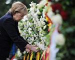 8月13日,德国总理默克尔在纪念柏林墙建墙50周年仪式上铺设花圈(AFP PHOTO / BRITTA PEDERSEN)