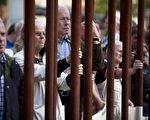 参加纪念活动柏林墙建墙50周年的市民(CARSTEN KOALL/Getty Images)