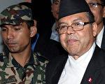 尼泊尔总理迦南(Jhalanath Khanal)(右)14日辞职,国内再度陷入混乱。(图片来源:AFP)