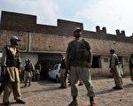 巴基斯坦安全人员在自杀攻击事件后守护在被袭击的清真寺外面(AFP)