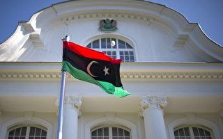 各国承认利比亚反抗军合法代表利比亚身份后,反抗军旗帜在各地的使馆外飘扬。图为位于柏林的利比亚大使馆。(AFP)