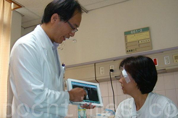 聖保祿醫院主治醫師使用平板電腦,看住院病患,讓病患也好奇(攝影:陳建霖/大紀元)