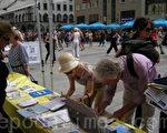 慕尼黑民众签名声援法轮功反迫害(摄影:肖遥/大纪元)