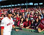 红袜队的台湾旅美棒球选手林哲瑄(左前)和加油的同学与粉丝们合影。(台湾学联刘家维提供)