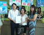 中坜市长鲁明哲(左)首创公库款可在超商或以ATM缴交,十分创新与便民。(摄影:徐乃义/大纪元)