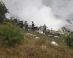 救援人员在坠机现场灭火(VICTORIA SINISTRA/AFP/Getty Images)