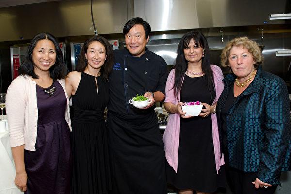 藍薑餐廳東主蔡明昊(中)將為「絲路籌款晚會」提供烤鴨佳餚。右一為波士頓市長夫人安琪拉。(攝影師張筱羲提供)