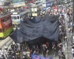 800名穿黑衣、拿着黑色雨伞的香港市民游行抗议,反对警方在8月中旬中共副总理李克强访港期间打压示威及新闻自由的保安处理手法,手持一幅巨型黑布,不满黑影笼罩香港。(摄影:  潘在殊/ 大纪元)