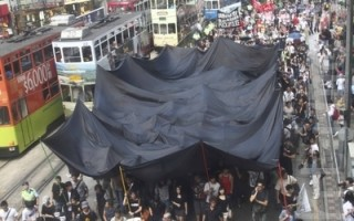 八百人游行抗议港警方滥权收紧言论自由