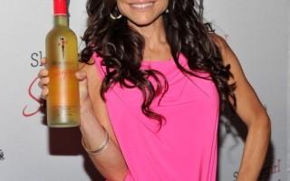 """社交名媛贝珍妮兰克尔(Bethenny Frankel)自创的鸡尾酒品牌""""窈窕女孩鸡尾酒"""",被踢爆含有苯甲酸钠。(图/Getty Images)"""