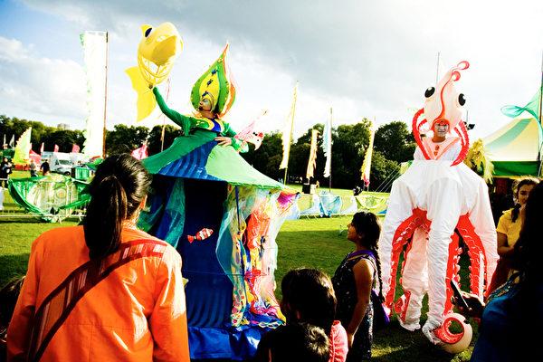 """""""2011伦敦MELA""""亚洲文化活动中,社区舞台的表演希望小朋友们关注海底动物。(摄影:梁思成/大纪元)"""