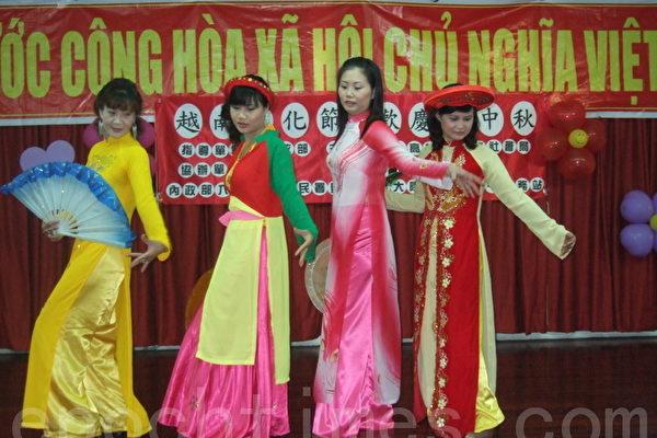 10日越南姊妹在屬於他們自己的國慶日及中秋佳節中表演傳統舞蹈。(攝影:楊秋蓮/大紀元)