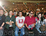高雄巨蛋一次上映《赛德克‧巴莱》上下集,现场约1万名民众,影片长度4小时30分,创下台湾影史新纪录。(摄影:李曜宇/大纪元)
