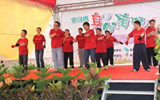 兰智社会福利基金会的大孩子们正卖力的表演---感恩的心 他们已经练习过n次了(摄影:谢月琴  / 大纪元)