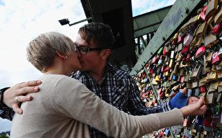 德国霍亨索伦桥护栏上的爱情锁是恋人们发誓永远相爱的见证。(Dennis Grombkowski /Getty Images)