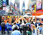 """新唐人电视台举办的2011年第四届""""全世界中国菜厨技大赛""""在纽约时代广场赛场盛大登场 (摄影:戴兵/大纪元)"""