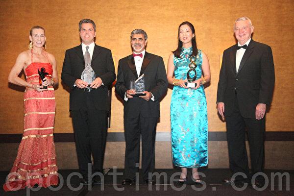 从左至右:Jamie Amelio、Mark Strama州议员、Encotech咨询公司总经理阿里.科涛、珍妮弗.金,奥斯汀市长李.来芬威尔(亚美机构联合会NAAO提供)