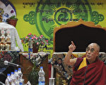 2011年9月23日,西藏精神領袖達賴喇嘛在達蘭薩拉的藏族宗教會議上發表講話並堅稱,中共對此事無權置喙。(STRDEL/AFP/Getty Images)