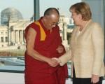 梅克尔与达赖喇嘛的历史握手
